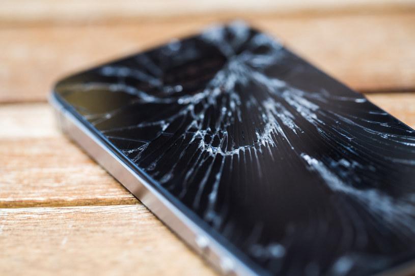 Koniec z pękającymi ekranami smartfonów /123RF/PICSEL
