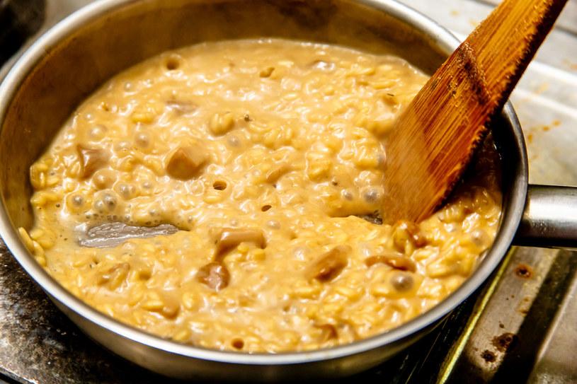 Konieczne jest mieszanie jedzenia, niezależnie od tego, czy gotuje się na patelni czy w garnku /123RF/PICSEL