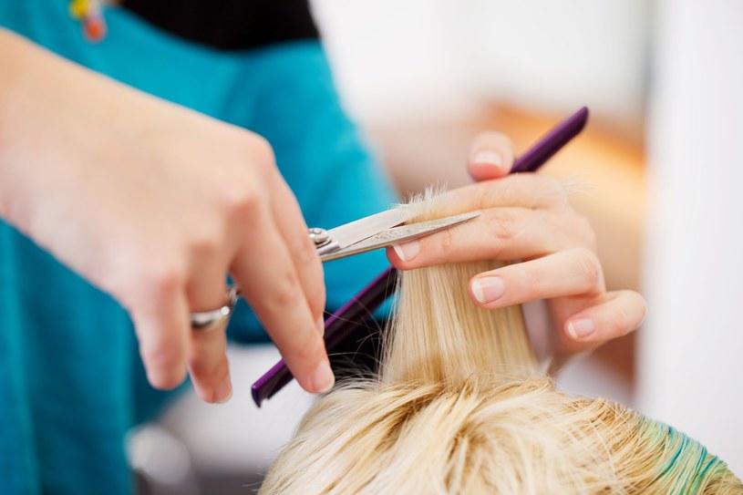 Koniecznie wybierz się do fryzjera, który choć odrobinę skróci włosy /123RF/PICSEL