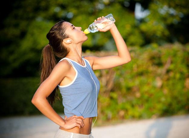 Koniecznie wypijaj dużo wody /123RF/PICSEL