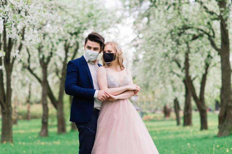 Konieczność odwołania ślubu i wesela to dla większości par ogromny stres - niektóre postanowiły ślubować sobie miłość - w maseczkach! /123RF/PICSEL