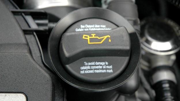 Konieczność regularnej kontroli poziomu oleju dotyczy zarówno starszych, jak i nowszych aut. /Motor