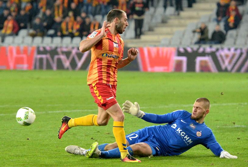 Konrad Forenc (w niebieskim stroju) nie krył żalu po meczu z Lechem /Piotr Polak /PAP