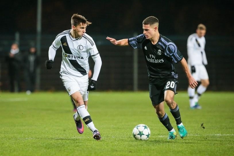 Konrad Michalak z Legii Warszawa U19 (z lewej) w meczu z Realem Madryt /East News