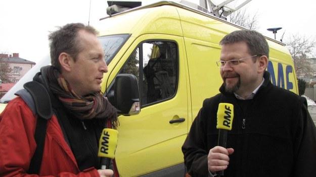 Konrad Piasecki rozmawia z ojcem Arkadiuszem Smagaczem /Józef Polewka /RMF FM