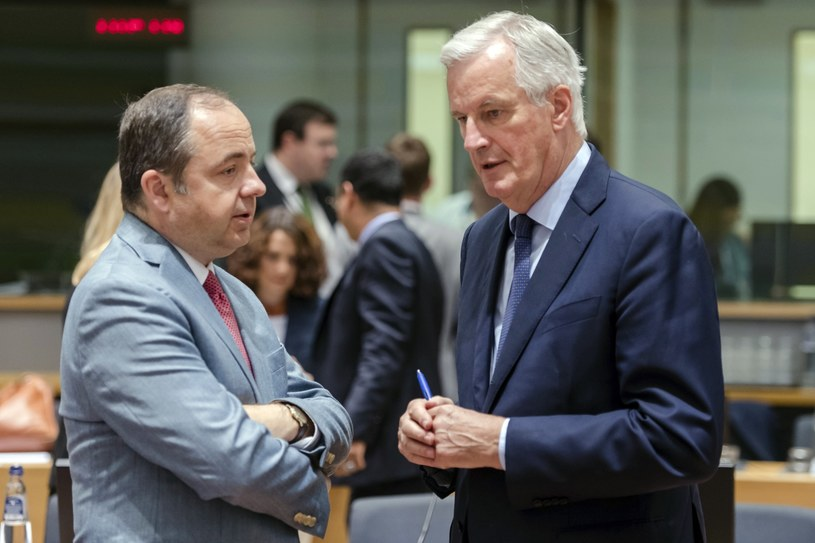 Konrad Szymański z unijnym negocjatorem brexitu Michelem Barnierem /AP Photo/Geert Vanden Wijngaer /East News
