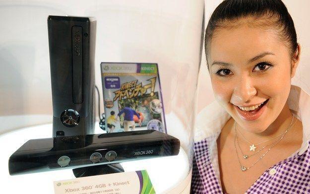Konsola Xbox 360 wraz z kontrolerem Kinect /AFP