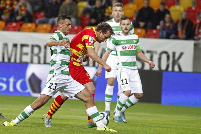 Konstantin Wasiljew (czerwono-żółty strój) zmarnował rzut karny w meczu z Lechią /PAP