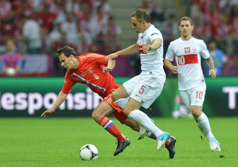 Konstantin Zyrianow walczy o piłkę z Dariuszem Dudką /AFP