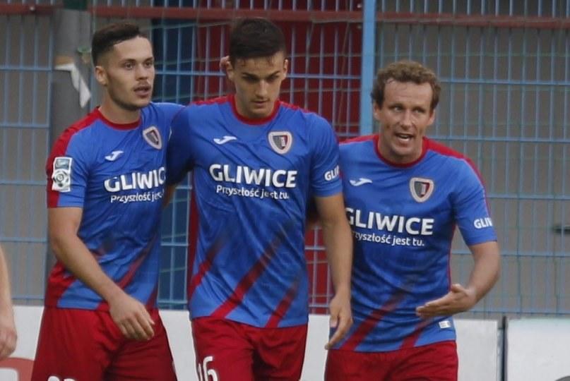 Konstantyn Wasiljew (z prawej, w środku Patryk Dziczek, z lewej Martin Bukata) miał powody do radości tylko po wyrównującym golu. /Andrzej Grygiel /PAP