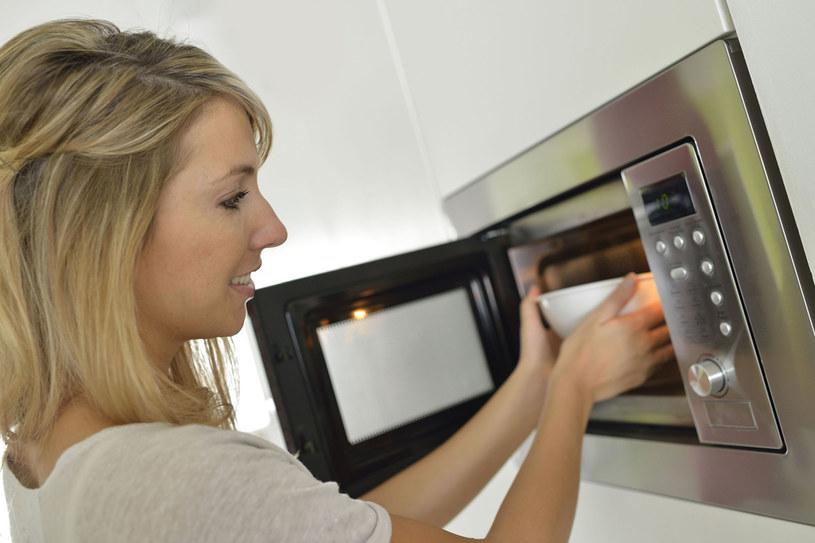 Konstrukcja kuchenki chroni przed szkodliwym wpływem mikrofal na organizm. Warto wybrać model z automatycznym wyłączaniem po otworzeniu drzwiczek lub blokadą, chroniącą dzieci przed urazami /123RF/PICSEL