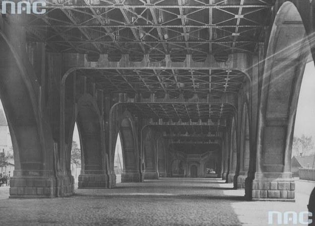 Konstrukcja wiaduktu Mostu Poniatowskiego widoczna od poziomu ulicy /Z archiwum Narodowego Archiwum Cyfrowego