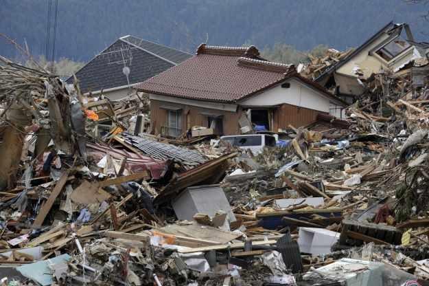 Konstrukcje drewniane dobrze wytrzymują trzęsienie ziemi. Tsunami okazało się jednak za silne /AFP