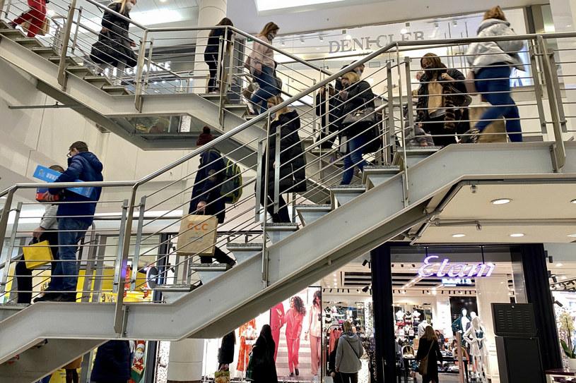 Konsumenci i przemysł postawią na nogi gospodarkę. /Jakub Kamiński   /East News