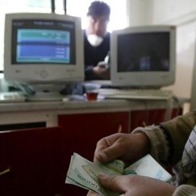 Konsument, który chce założyć konto lub zaciągnąć kredyt konsumencki ma kilka możliwości /AFP