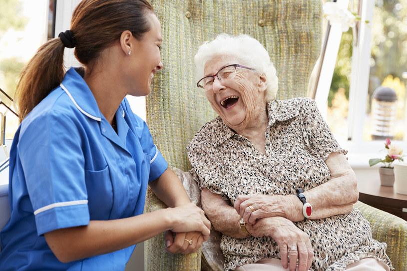 Kontakt z robotami zdecydowanie poprawia samopoczucie starszych osób /123RF/PICSEL