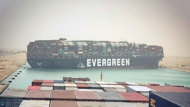 Kontenerowiec blokuje przepływ dziesiątkom innych statków /STR /PAP/EPA