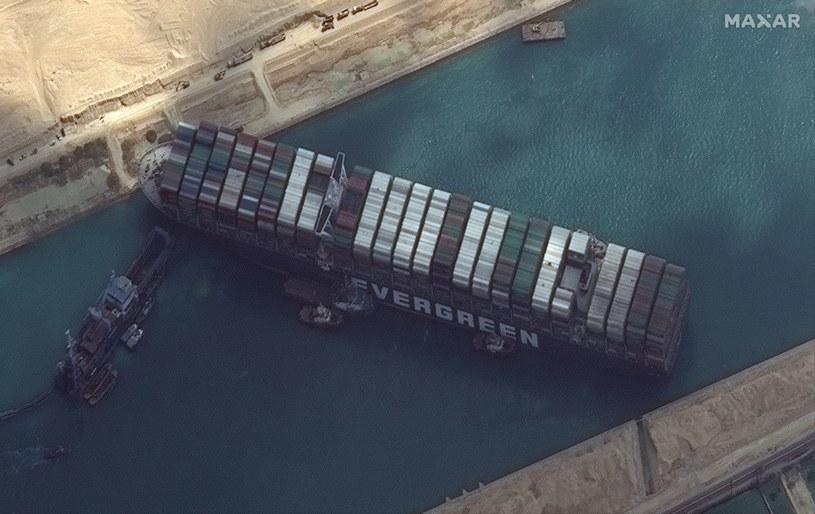Kontenerowiec Ever Given blokuje Kanał Sueski /MAXAR TECHNOLOGIES / HANDOUT /PAP/EPA