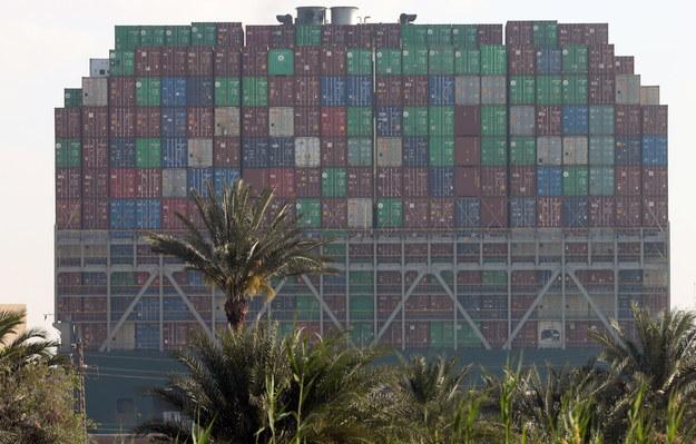 Kontenerowiec, który zablokował Kanał Sueski, jest ogromny! Waży 200 tys. ton i ma 400 m długości /KHALED ELFIQI   /PAP/EPA
