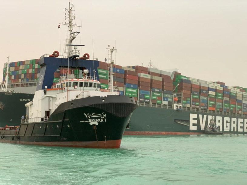 Kontenerowiec MV Ever Given, który pod panamską flagą płynął do Rotterdamu, osiadł na mieliźnie około sześć kilometrów na północ od południowego ujścia kanału w pobliżu miasta Suez, obszaru kanału o jednym pasie /Associated Press /East News
