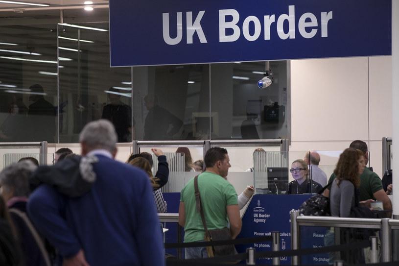 Kontrola paszportowa na lotnisku Gatwick; zdj. ilustracyjne /Oli Scarff /Getty Images