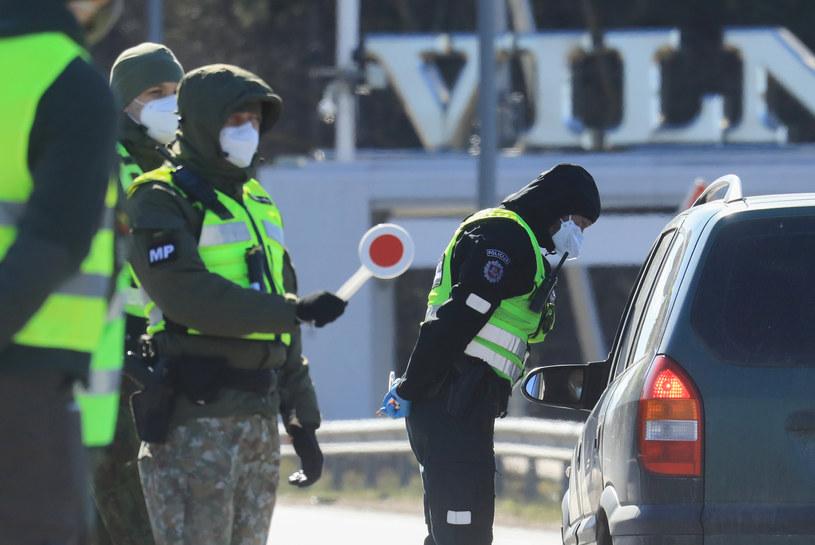 Kontrola pojazdów w drodze do Wilna; zdj. ilustracyjne /AFP