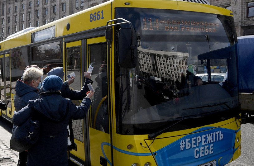 Kontrola przepustek przez kierowcę autobusu w Kijowie /AFP