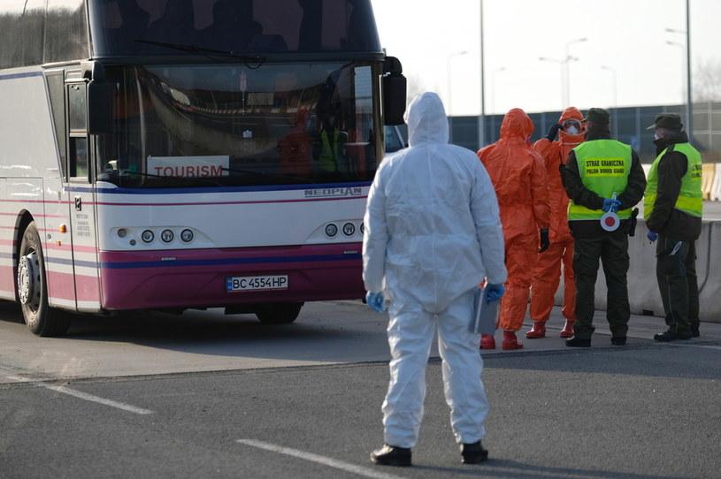 Kontrola sanitarna pasażerów autobusów wjeżdżających do Polski na granicy z Czechami w Gorzyczkach / Andrzej Grygiel    /PAP