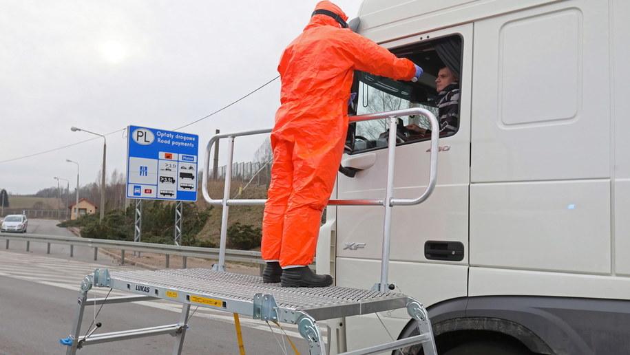 Kontrola sanitarna w Budziskach / Artur Reszko    /PAP