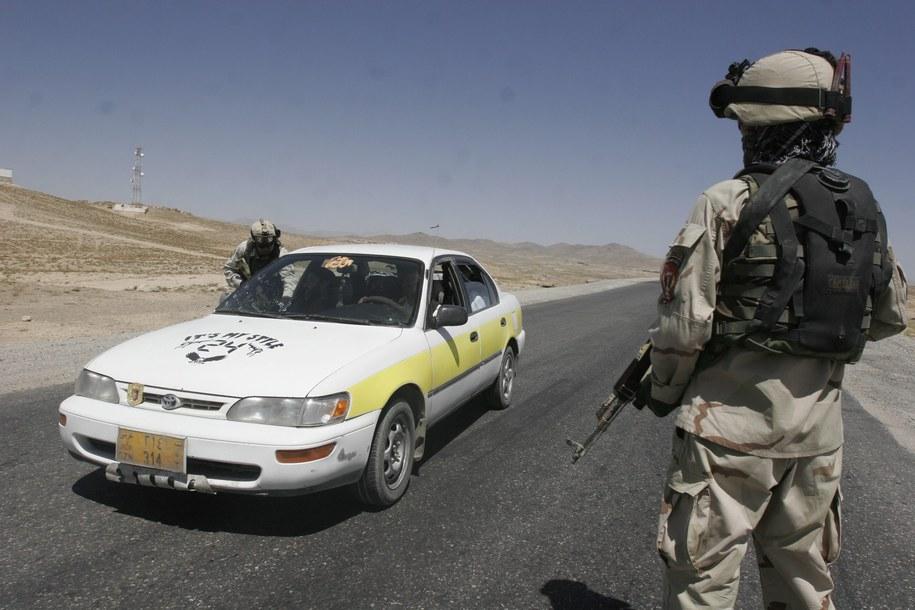 Kontrole na drogach po ataku na bazę Ghazni /Naweed Haqjoo /PAP/EPA