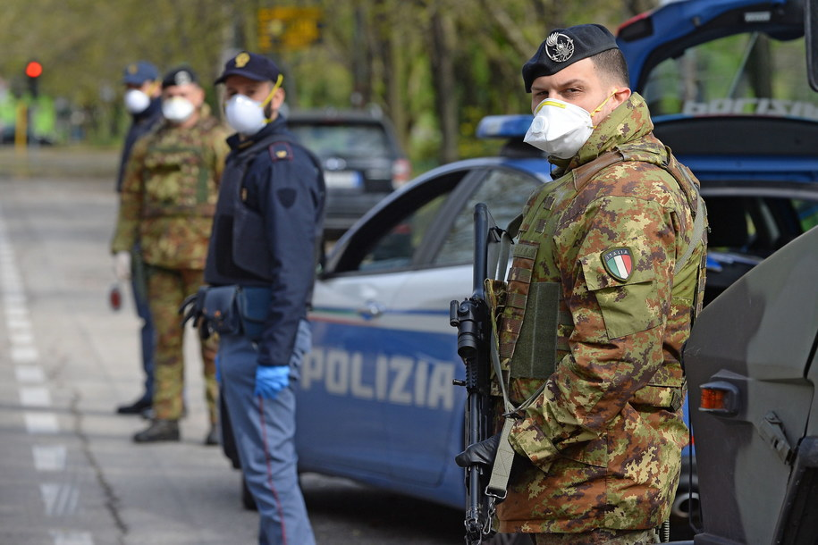 Kontrole policji i wojska w pobliżu Mediolanu /SERGIO PONTORIERI /PAP/EPA