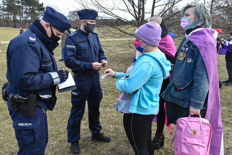 Kontrole policji w związku z nowymi obostrzeniami w Polsce /Agencja FORUM