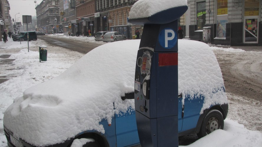 Kontrolerowi w strefie płatnego parkowania nie wolno odgarniać śniegu z auta /Michał Fit /RMF FM