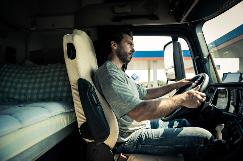 Kontrolerzy mogą karać za spędzanie 45-godzinnego odpoczynku w kabinie tira /123RF/PICSEL