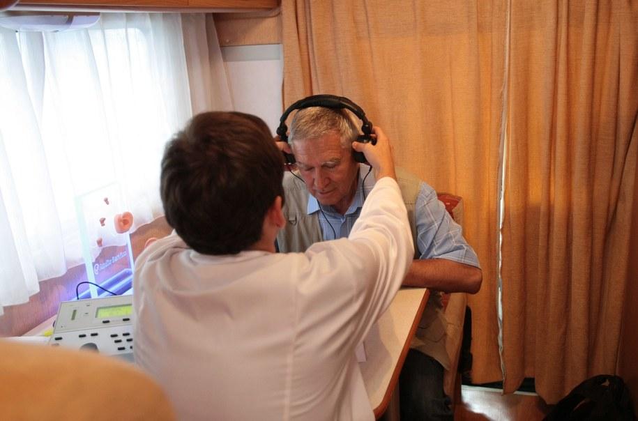 Kontrolerzy NFZ wkroczyli do znanej placówki zajmującej się problemami ze słuchem. Zdjęcie ilustracyjne /Leszek Szymański /PAP