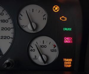"""Kontrolka """"CHECK GAGES"""" sygnalizuje awarię zestawu wskaźników. Niecodzienne. (kliknij, żeby powiększyć) /Motor"""
