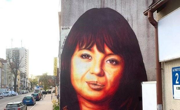 """Kontrowersje wokół muralu Anny Przybylskiej. """"Coś nie wyszło"""""""