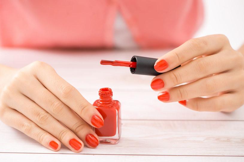 Konturowanie paznokci optycznie wysmukla dłonie /123RF/PICSEL