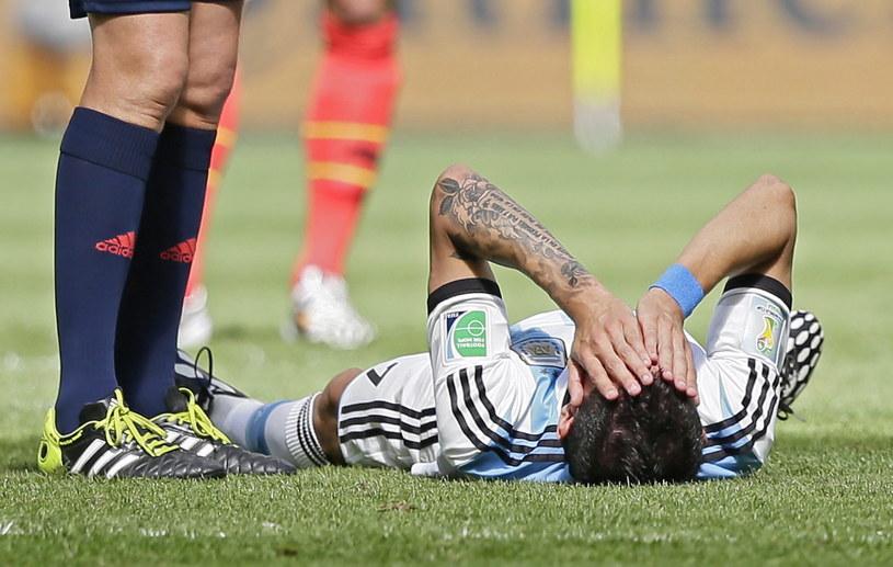 Kontuzjowany Angel di Maria leży na murawie podczas meczu z Belgią /PAP/EPA