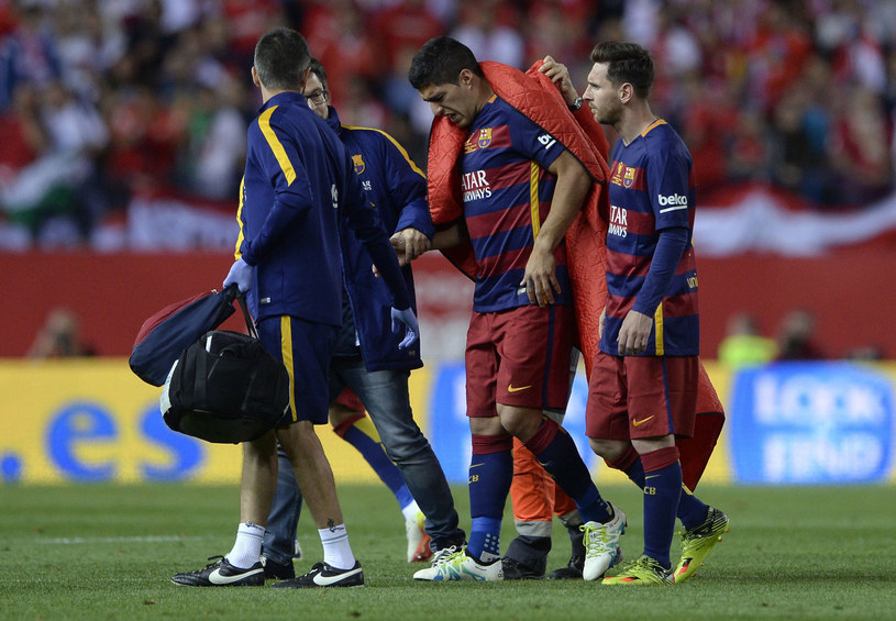 Kontuzjowany Luis Suarez, a za nim Leo Messi /AFP