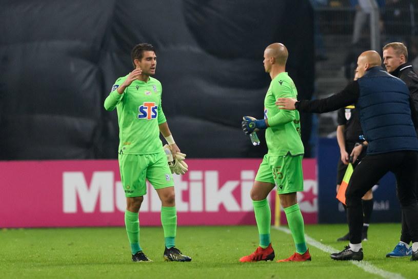 Kontuzjowany w meczu Lech - Wisła Mickey van der Hart (z lewej) i Filip Bednarek /Jakub Kaczmarczyk   /PAP