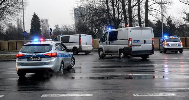 Konwój policyjny przewożący podejrzanego o zabójstwo kobiety Kajetana P. opuszcza teren wojskowego lotniska Okęcie w Warszawie /PAP/Jakub Kamiński  /PAP