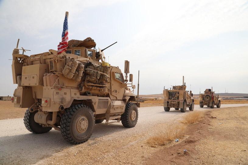 Konwój  sił amerykańskich wycofujących się z Syrii w kierunku Iraku. /AHMED MARDNLI /PAP/EPA