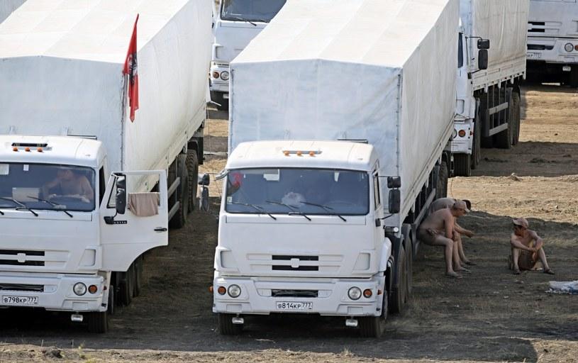 Konwój stoi w Kamieńsku Szachtyńskim, ok. 30 km od od przejścia granicznego /PAP/EPA
