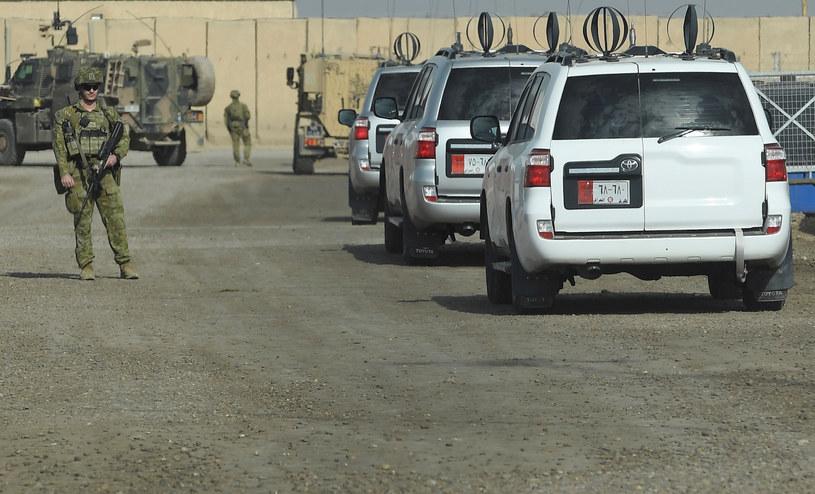 Konwój wjeżdżający do obozu wojskowego al-Tadżi, położonego na północ od Bagdadu /Toby Melville /Agencja FORUM