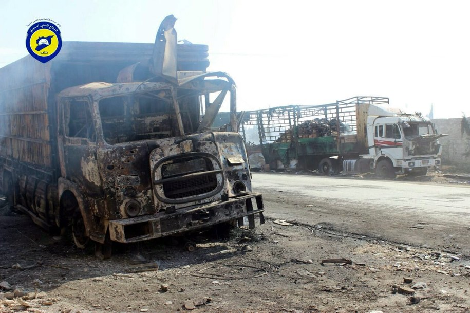 Konwój z pomocą humanitarną dla blisko 80 tysięcy ludzi został ostrzelany w poniedziałek wieczorem. Zniszczonych zostało 18 z 31 ciężarówek /SYRIA CIVIL DEFENSE/HANDOUT /PAP/EPA