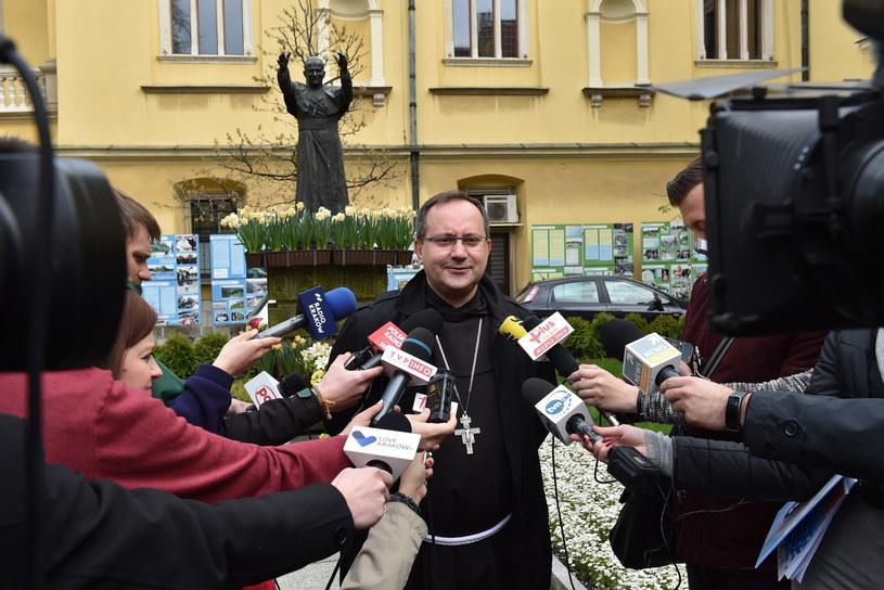 Koordynator Generalny Komitetu Organizacyjnego ŚDM Kraków 2016 - bp Damian Muskus (C), podczas konferencji prasowej /Jacek Bednarczyk /PAP