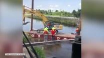 Koparka wpadła do głębokiej wody podczas prac na rzece. Operator cudem uniknął obrażeń