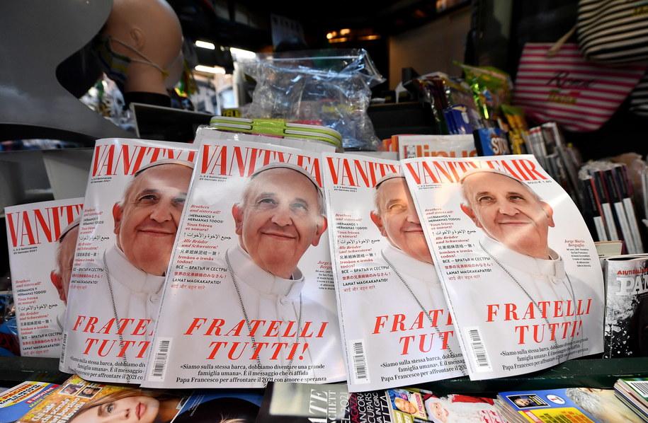 Kopie włoskiego wydania magazynu Vanity Fair z okładką poświęconą papieżowi Franciszkowi są dostępne w kiosku w Rzymie /ETTORE FERRARI /PAP/EPA