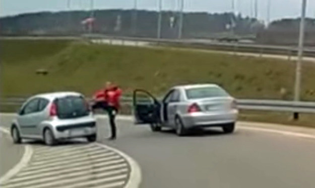 Kopnięcie Peugeota to dopiero początek wyczynów kierowcy Mercedesa /